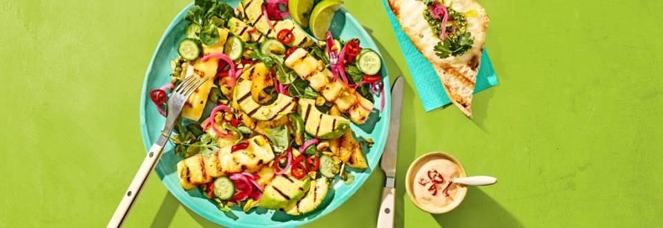 Gegrilde ananas salade met avocado, grillkaas bruschetta's en pittige yoghurt-limoendressing