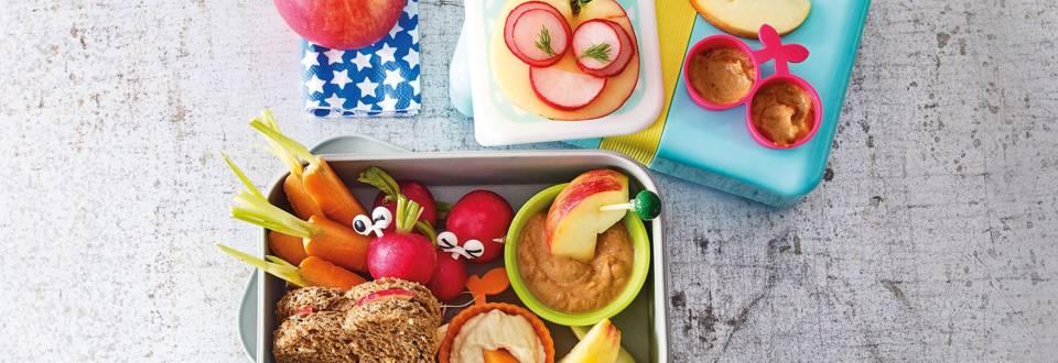 Lunchbox met groente, dips en sandwich met speculoospasta en appel