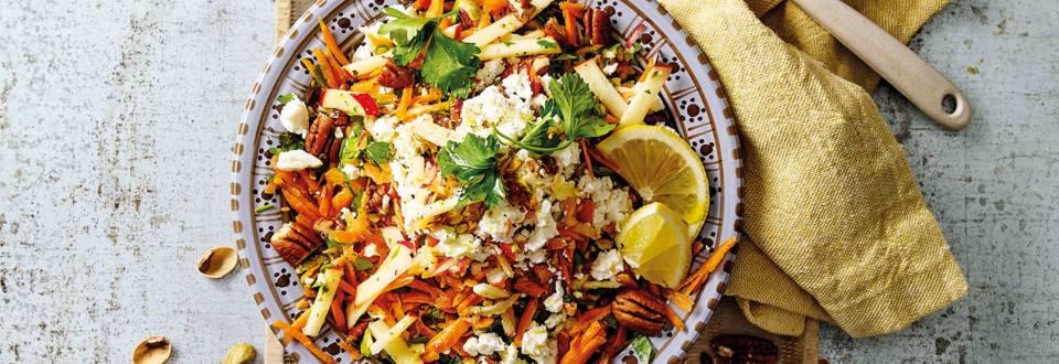 Geraspte wortelsalade met appel, kaneel, noten en fetakaas