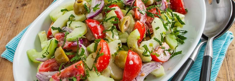 Komkommer tomaten salade met Griekse yoghurt