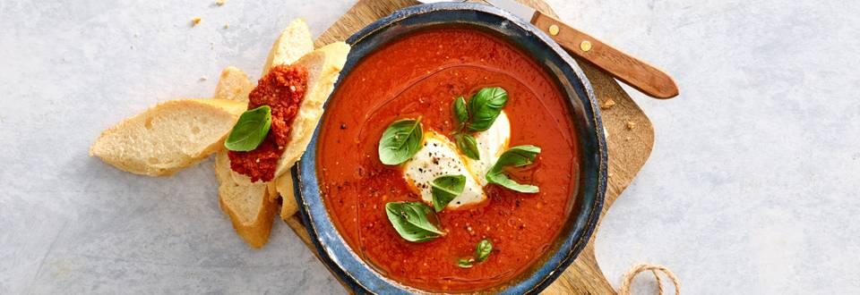 Snelle verse tomatensoep met room, basilicum en vers brood met tomaten tapenade