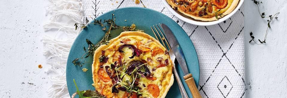 Hartige taartjes met geroosterde wortel, ui, tijm en komijnekaas
