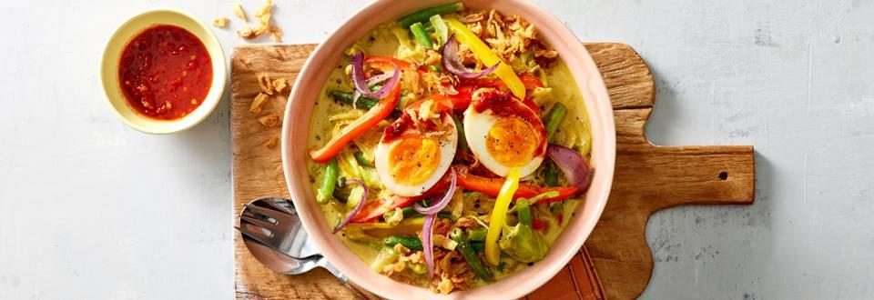 Indonesische groentebowl met een sambal eitje en gebakken uitjes