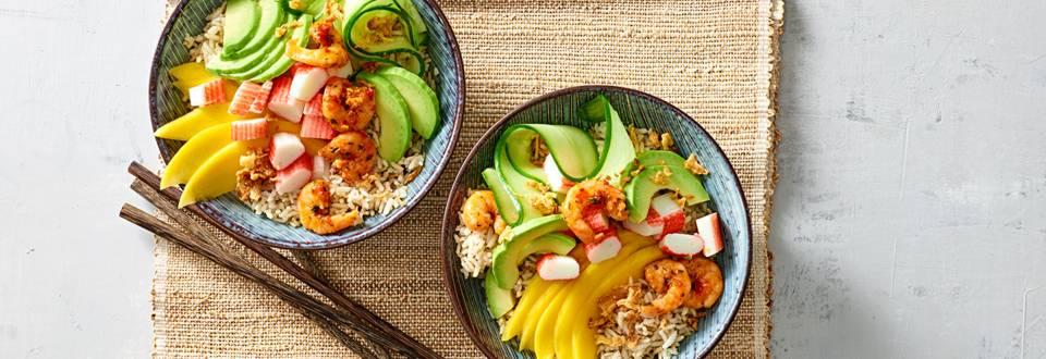 Pokébowl garnaal met surimi, avocado en mango