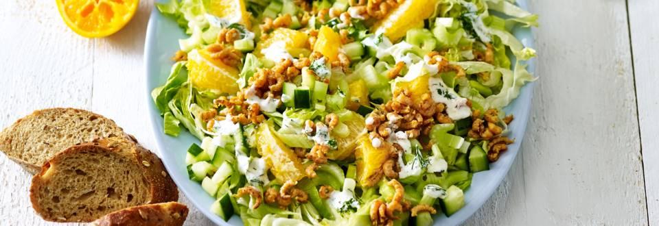 IJsbergsla met gebakken garnalen, sinaasappel en dille-yoghurtdressing