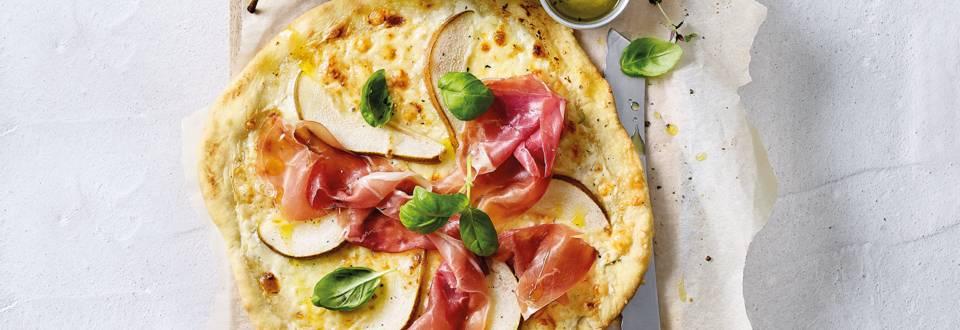 Huisgemaakte pizza met peer, parmaham en Parmezaanse kaas