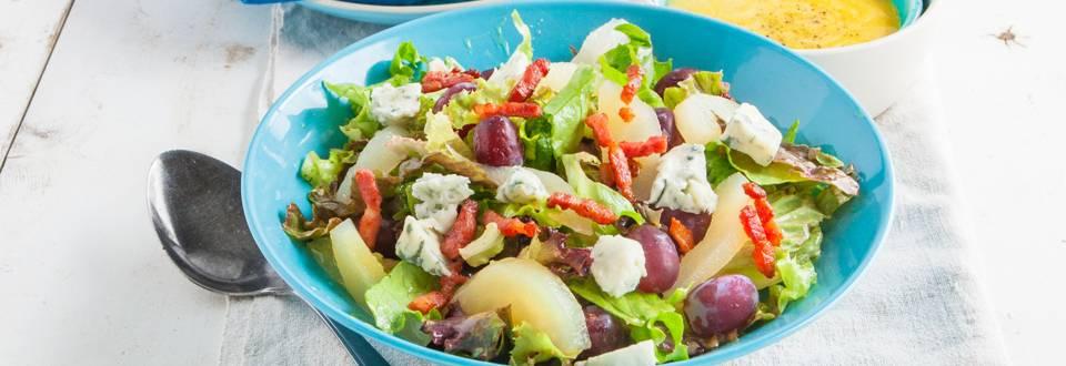 Salade van peer en druif met blauwe kaas