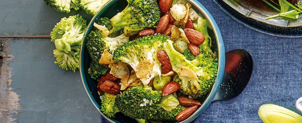 Gewokte broccoli met geroosterde amandelen en knoflook