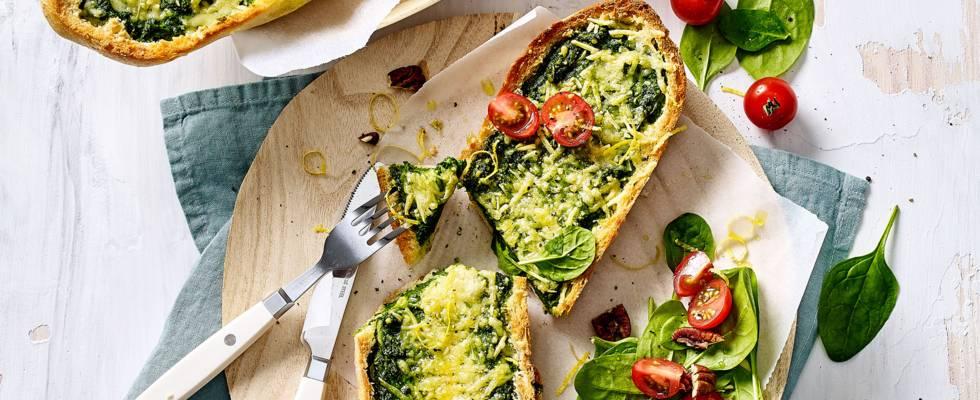 Gevulde baguette met spinazie, knoflook, kaas en citroen