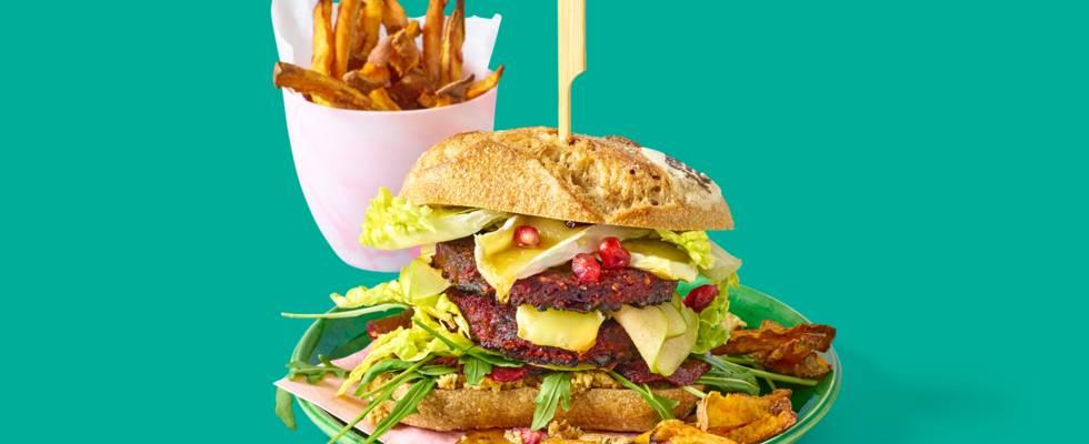 Rode bietenburger met brie, huisgemaakte notenspread en salade van zoetzure biet en appel