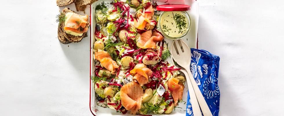 Aardappelsalade met zure haring, gerookte zalm, bieten, prei en yoghurtdressing