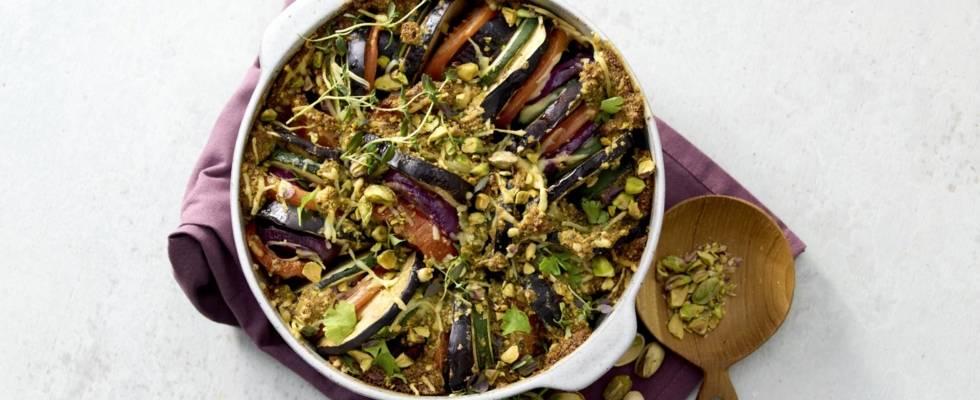 Groente ovenschotel met huisgemaakte pistachepesto en kaas